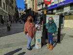 Concejalas del PP en el dispensador de gel de La Corredera