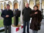 2.-Bienal-Mateo-Hernández-ganador de una edición anterior junto a su obra y ediles