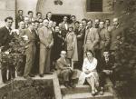 Foto 1. El grupo de arquitectos reunidos en el CIAM de 1928. En el centro, tras madame Mandrot y otra señora, se ve a Le Corbusier.Sentado junto a una joven, Fernando García Mercadal (imagen tomada de http://ulbratorresarquitetura.blogspot.com/).