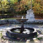 Fig 1:Fuente de los 8 caños, con la Fuente de l Sábana al fondo