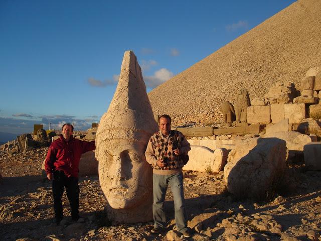 El rey Antíoco y dos queridísimos amigos en la terraza Oeste