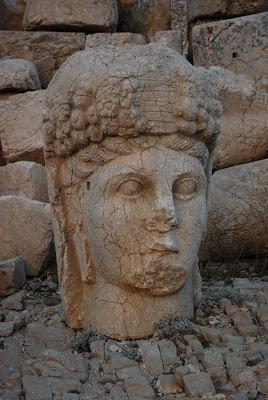 La reina de Comagene cuya cabeza va adornada por una corona de frutas y unas espigas de trigo, símbolo de la prosperidad