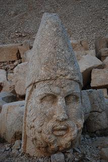 Heracles, dios griego de la guerra, el equivalente persa es Artagnes Terraza oeste