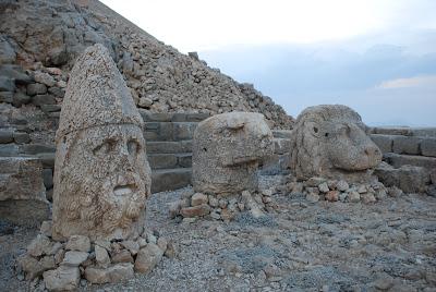 Heracles, Águila y León Terraza este