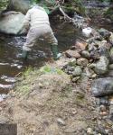 Miembro de la PDBB arreglando el azud de la regadera de El Bosque