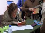 Marina firmando
