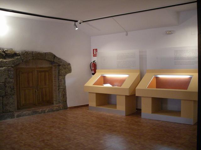 Los jud os de b jar ii el museo jud o david melul de - Vitrinas de exposicion ...