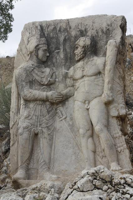 El rey Antíoco estrechando la mano de Heracles, lápida en la vecina ciudad de Arsameia