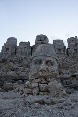 Cabeza de Zeus en la terraza este con las estatuas sedentes al fondo