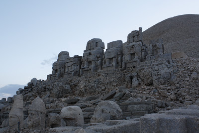 Terraza Este con las estatuas sedentes y las cabezas más abajo