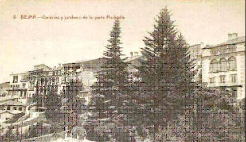 Foto 10. Postal en blanco y negro de una vista parcial antigua de las galerías porticadas de la fachada meridional de  Béjar