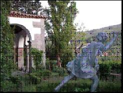 Foto 2. Estatua y pabellón en la terraza inferior.