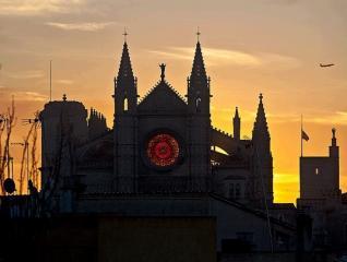 El rosetón de poniente iluminado al amanecer