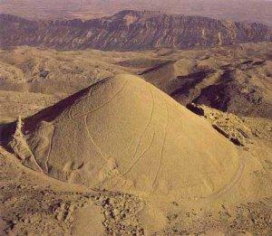Túmulo artificial en el Templo de los dioses del monte Nemrut a su alrededor se erigieron 3 terrazas para albergar las estatuas